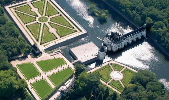 A wonderful view from the air of the grounds and castle of Chenonceau.
