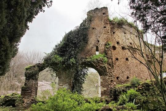 Day Trip to Oasi Di Ninfa: Ruins in the gardens of Oasi Di Ninfa